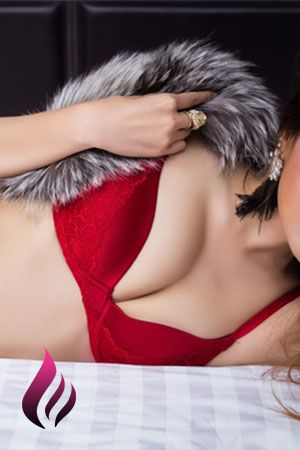 Rebeca lies down in red underwear and a fur coat
